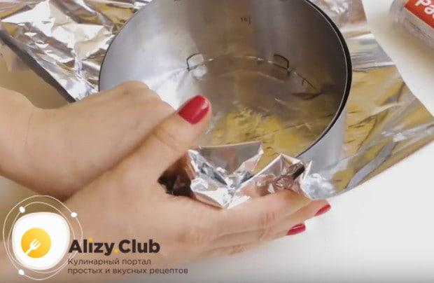Печь торт можно либо в разъемной форме, либо в кулинарном кольце, которое надо обвернуть фольгой.