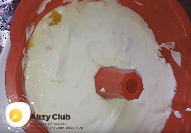 Покрываем фрукты еще одной частью творожного крема.