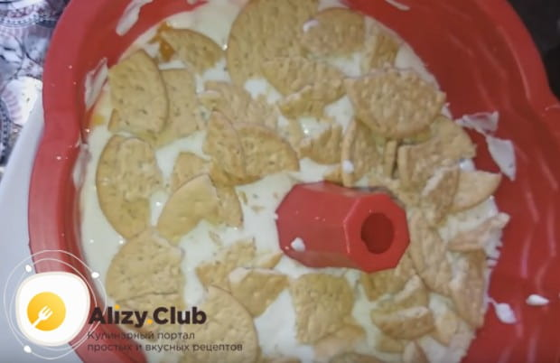 Теперь можно выложить на крем слой печенья.