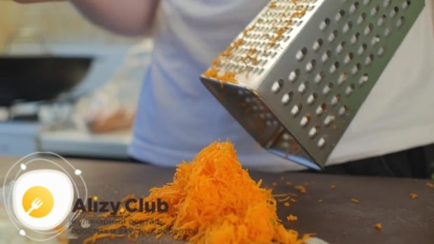 Морковь можно мелко нарезать или натереть на терке