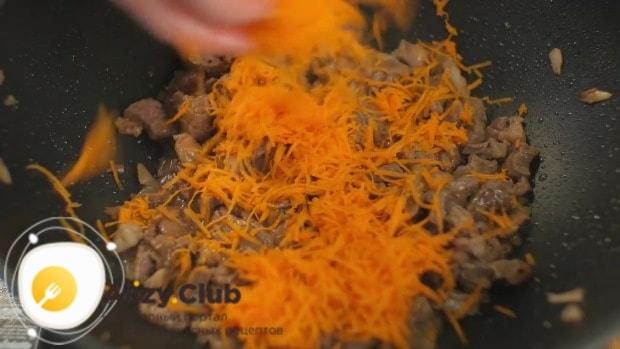 Добавляем морковь, чтобы она протушилась пару минут