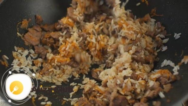 Смешиваем зажарку с полуготовым рисом