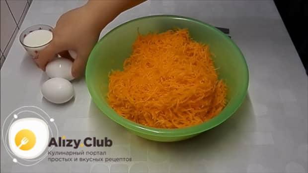 Для приготовления лраников из тыквы, натрите ингредиенты