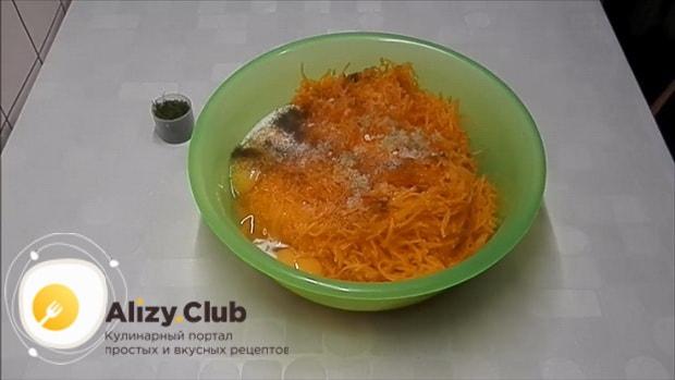Для приготовления лраников из тыквы, добавьте соль и прец.