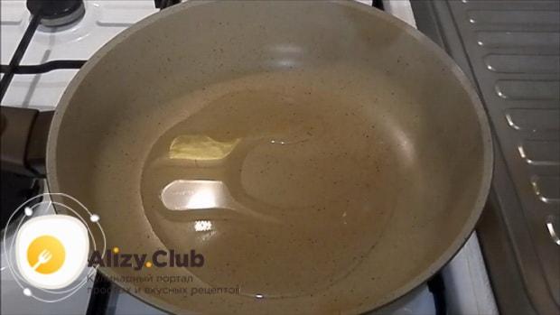 Для приготовления лраников из тыквы, разогрейте сковородку.