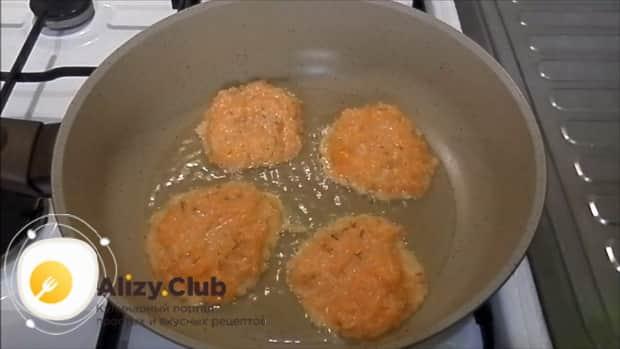 Для приготовления лраников из тыквы, выложите тесто на сковородку.