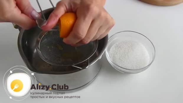 Выдавливаем сок из апельсина для приготовления торта из тыквы