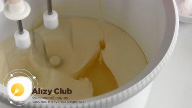 Добавьте масло в массу для приготовления торта из тыквы