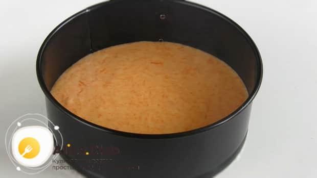 Выливаем тесто в форму для приготовления торта из тыквы