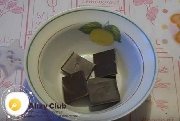 Чтобы приготовить украшения для торта из шоколада, ломаем на кусочки плитку шоколада.