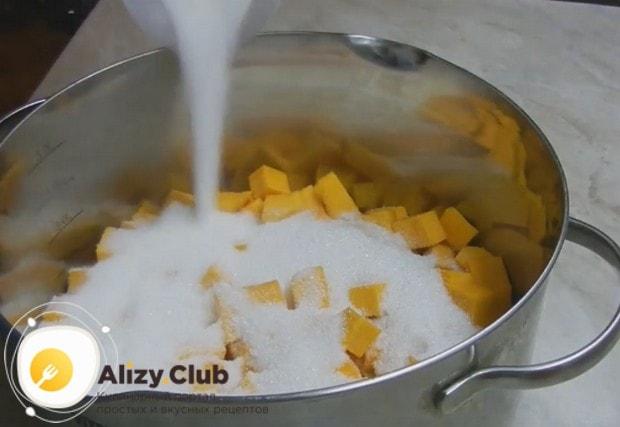 Нарезанную на кусочки тыкву выкладываем в кастрюлю и засыпаем сахаром.