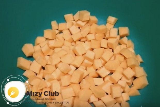 Чтобы приготовить варенье из тыквы с яблоками на зиму, нарезаем тыкву и яблоки на кусочки.