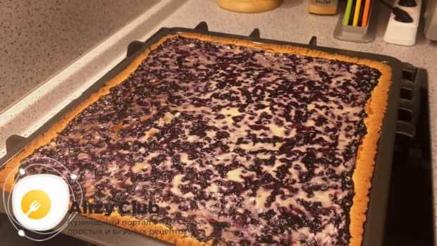 Ароматный вишневый пирог с творогом готов.