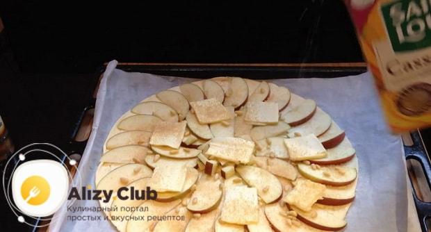 Вкусный пирог из слоеного теста с яблоками практически готов.