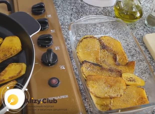 Поджаренные кусочки овоща перекладываем в форму для выпечки, солим, перчим, посыпаем чесноком.