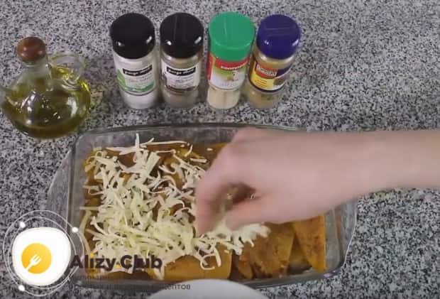 Чтобы блюдо было вкуснее, посыплем его тертым сыром и отправим на несколько минут в духовку.