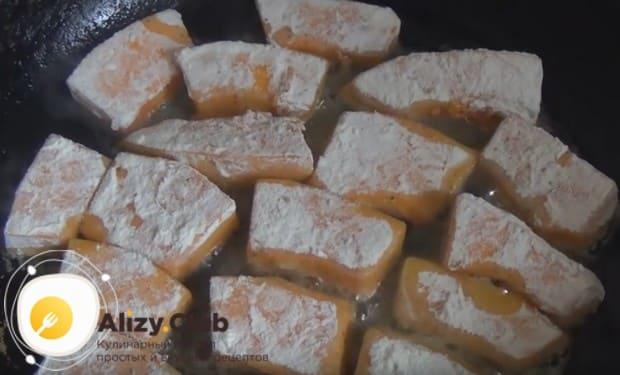 Жареную тыкву на сковороде можно приготовить с луком или в муке.