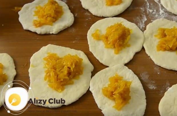 На подготовленные лепешки выкладываем сладкую начинку.