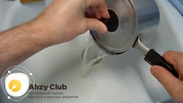 Слейте воду. пред тем как приготовить заливной пирог с картошкой на кефире