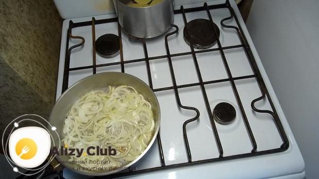 Обжарьте лук перед тем как приготовить заливной пирог с картошкой на кефире