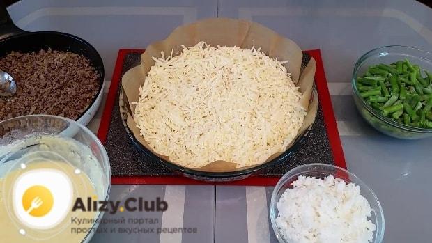 Равномерно посыпьте грибы тертым сыром