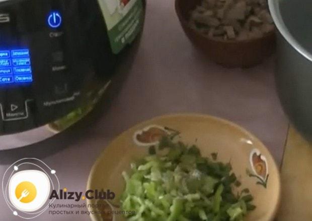 Мясо, лук и болгарский перец режем на кусочки.