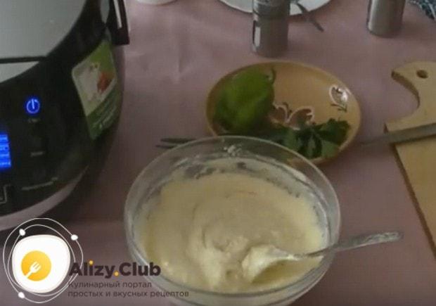 Чтобы приготовим заливной пирог с мясом в мультиварке, делаем тесто, по консистенции напоминающее густую сметану.