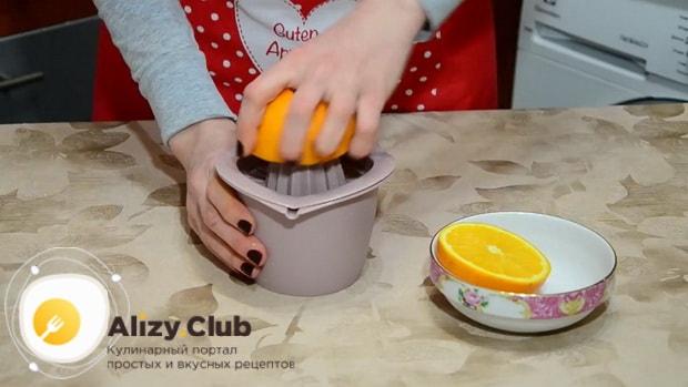 Перед тем как вкусно запечь тыкву в духовке кусочками, отожмите апельсиновый сок.