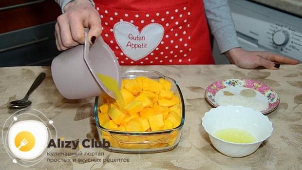 Перед тем как вкусно запечь тыкву в духовке кусочками, залейте ее апельсиновым соком.
