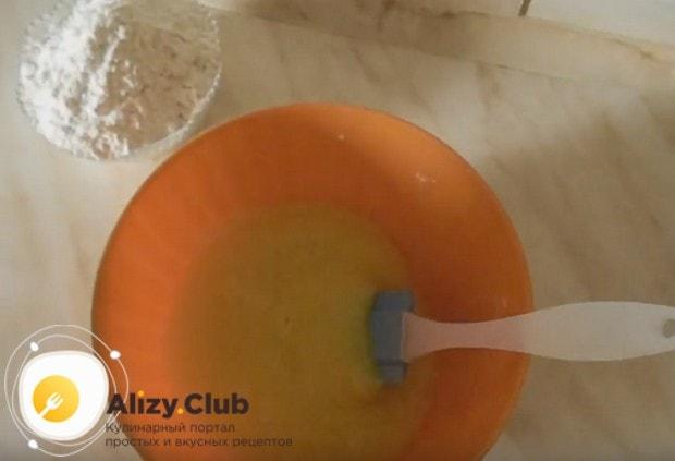 Чтобы приготовить заварной крем, смешиваем яйцо с сахаром.