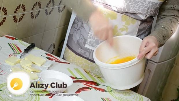 Перед тем как сделать заварной крем для торта в домашних условиях взбейте яйца.