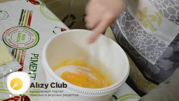 взбейте желтки с сахаром перед тем как сделать заварной крем для торта в домашних условиях