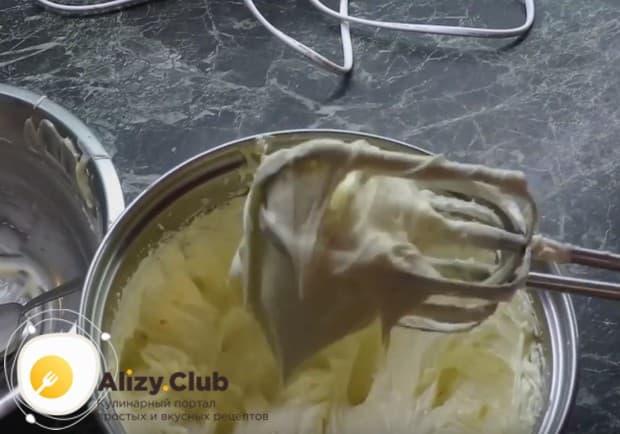 Готовым кремом можно сразу же перемазывать торт.