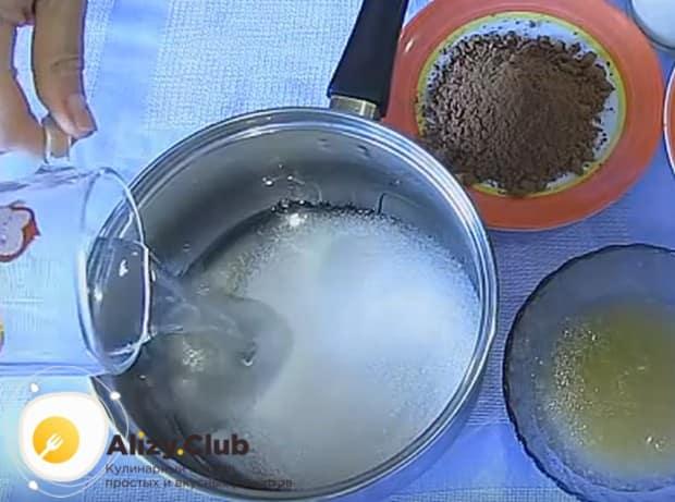 Заливаем ингредиенты в кастрюле водой.