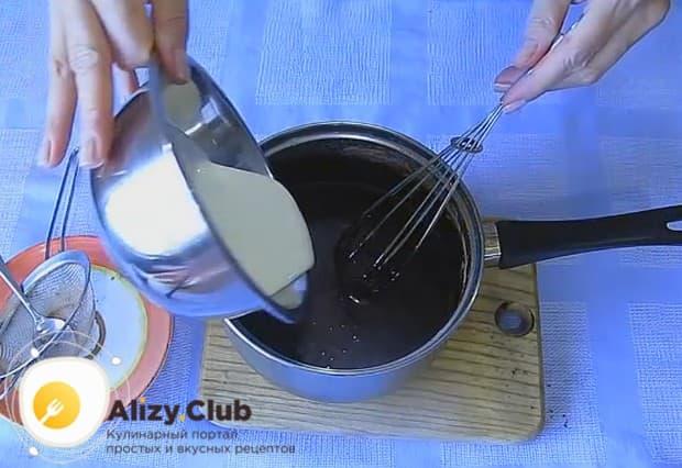 Добавляем в почти готовую глазурь подогретые сливки.