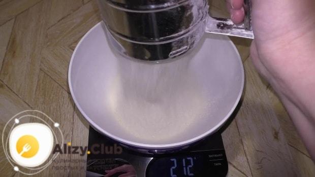 Обязательно просеиваем 2,4 кг муки
