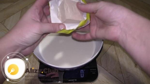 145 г свежих дрожжей ломаем на мелкие кусочки
