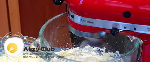 Взбейте белки для приготовления бисквитного торта с заварным кремом