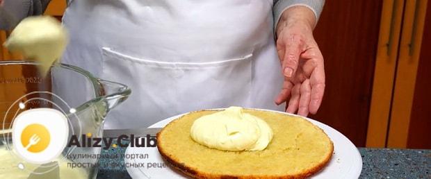 Бисквитный торт с заварным кремом практически готов.