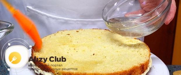 Пропитайте коржи перед тем как готовить бисквитный торт с заварным кремом
