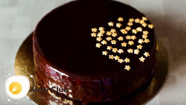 Украшаем торт захер звездочками или бусинками