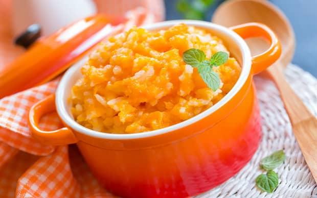 Приготовьте вкусную рисовую кашу с тыквой.