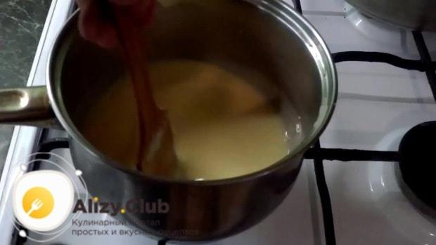 Влейте молоко или воду к яйцам