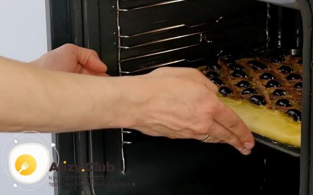 По рецепту, для приготовления французского лукового пирога разогрейте духовку.