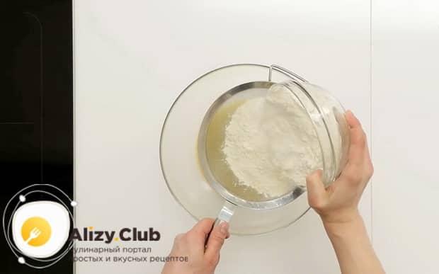 По рецепту, для приготовления французского лукового пирога, добавьте в тесто муку.
