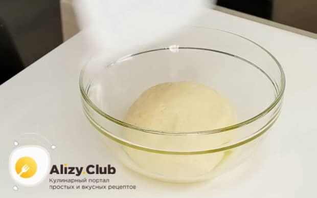По рецепту, для приготовления французского лукового пирога, замесите тесто.