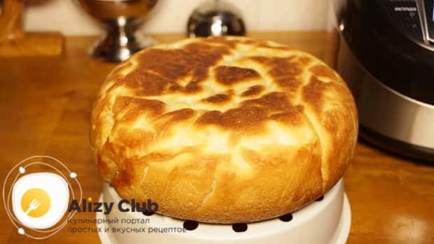Переверните постный пирог с яблоками на другую сторону и готовьте его в мультиварке.