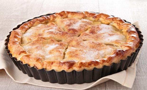 Вкусный пирог с яблоками из слоеного теста готов.