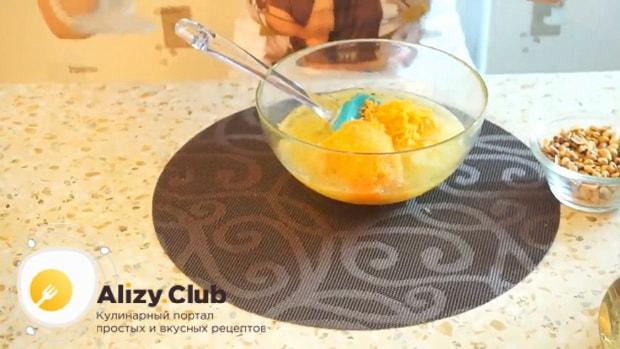Для приготовления постного морковно яблочного пирога смешайте ингредиенты.