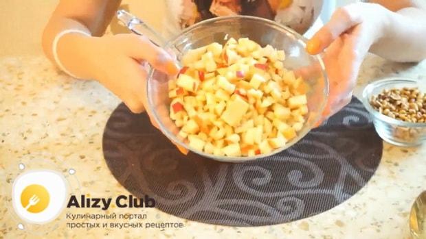 Для приготовления постного морковно яблочного пирога добавьте яблоки.
